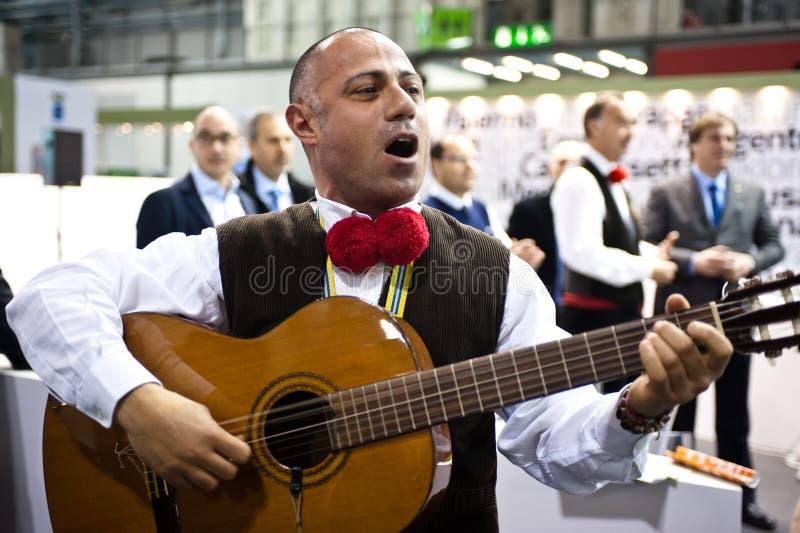 Cantante italiano tradizionale al BIT 2012    immagine stock libera da diritti