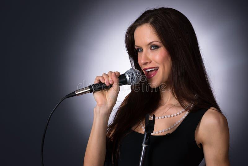 Cantante musical de sexo femenino moreno atractivo Audio del Karaoke del vocalista imágenes de archivo libres de regalías