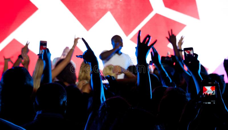 Cantante nero Akon in scena con i fan fotografia stock