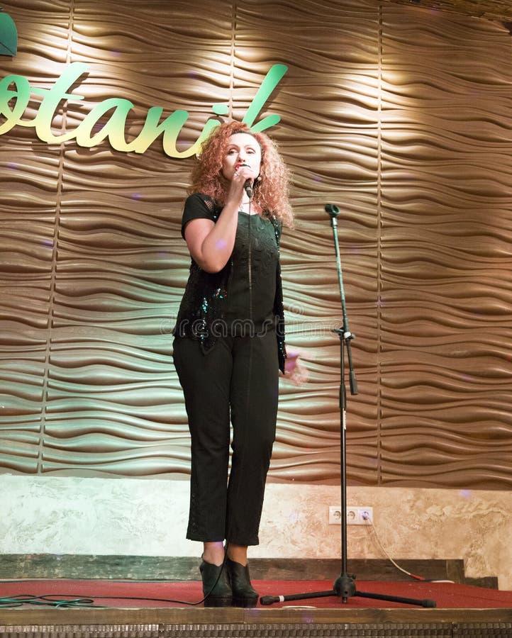 Cantante que canta en Irkutsk, Federación Rusa de la mujer fotos de archivo