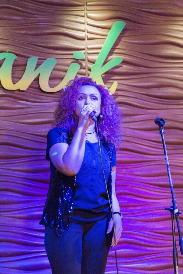 Cantante que canta en Irkutsk, Federación Rusa de la mujer foto de archivo