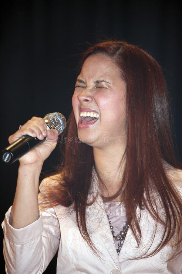 Cantante que se realiza durante un concierto cristiano en el Bronx fotos de archivo libres de regalías