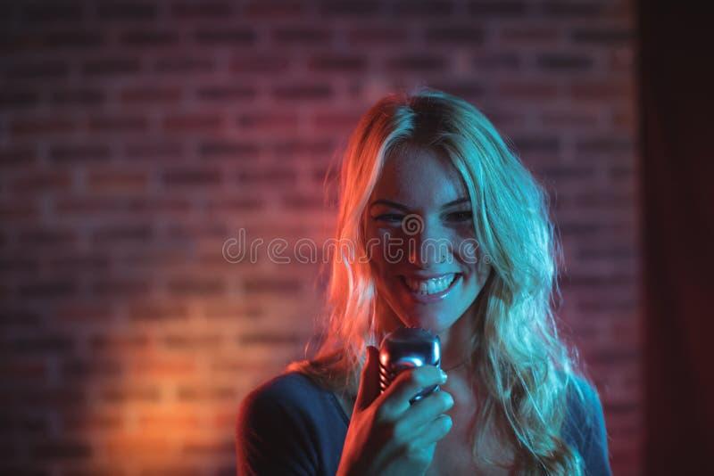 Cantante que se realiza en club nocturno fotografía de archivo libre de regalías