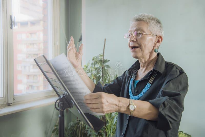 Cantante senior di opera fotografia stock libera da diritti