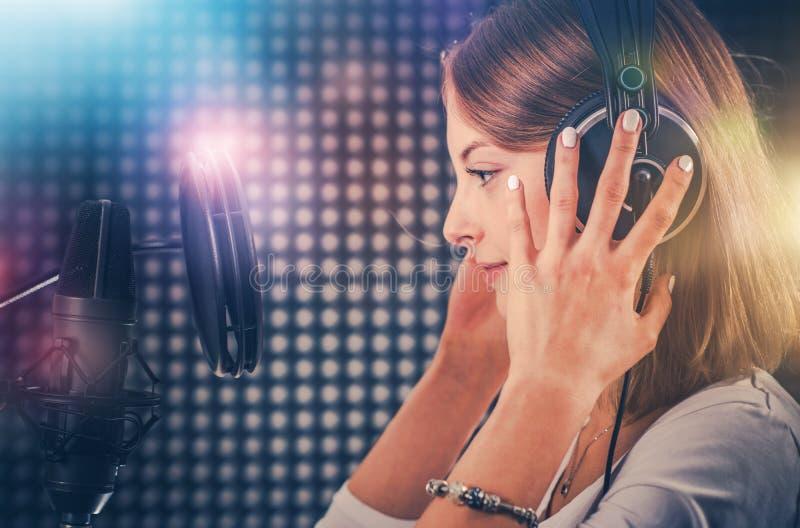 Cantante in studio di registrazione immagine stock