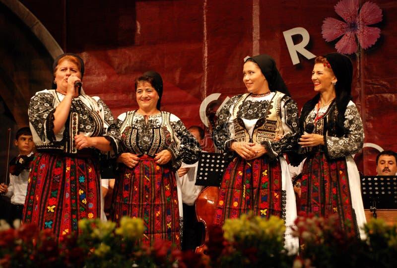 Cantantes populares de las mujeres rumanas en un festival imágenes de archivo libres de regalías