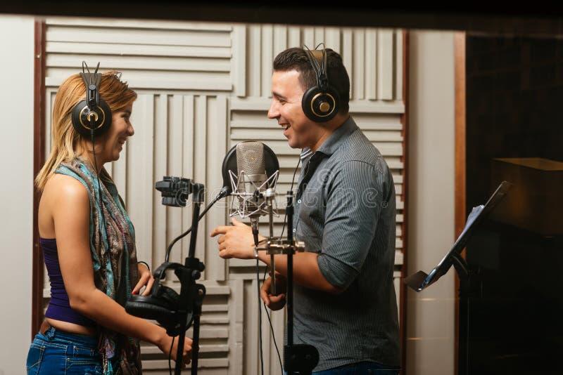 Cantanti di risata fotografie stock