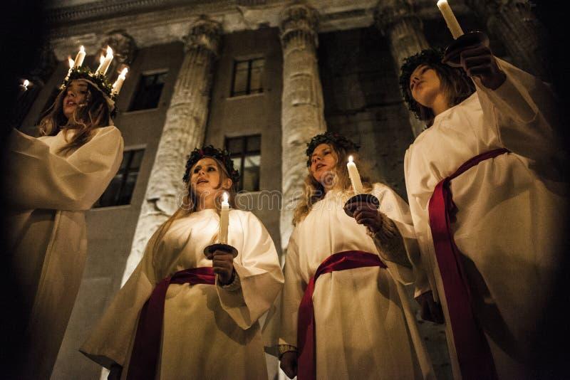Cantanti svedesi per la festività di Santa Lucia la sera della D fotografia stock libera da diritti