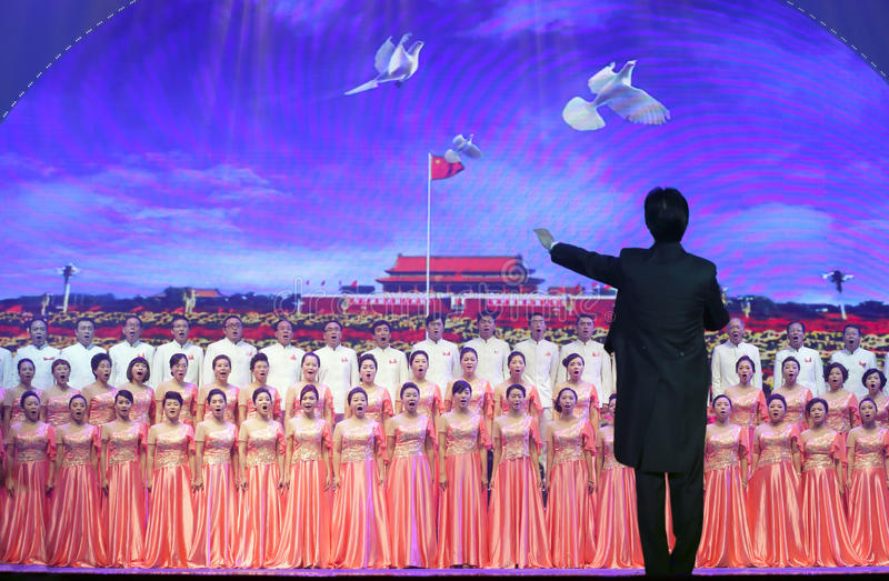 Cantata en el fondo de la Plaza de Tiananmen imagen de archivo