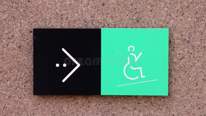 Cante o ponteiro ao lugar da rampa para a cadeira de rodas deficiente com ícone e a seta verdes imagens de stock royalty free
