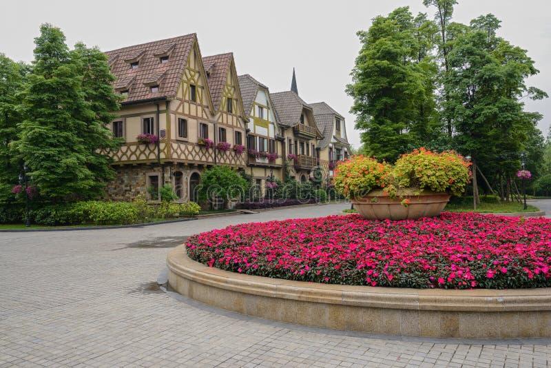 Canteiro de flores antes das construções do Europeu-estilo imagem de stock royalty free