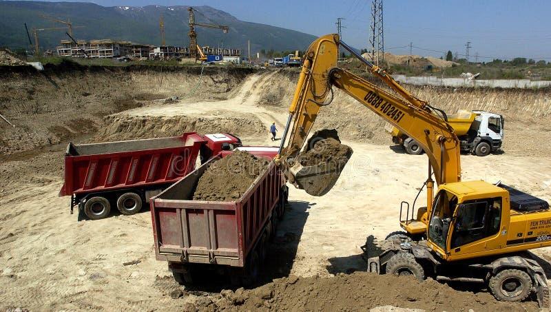 Canteiro de obras com tratores e caminhão basculante fotos de stock