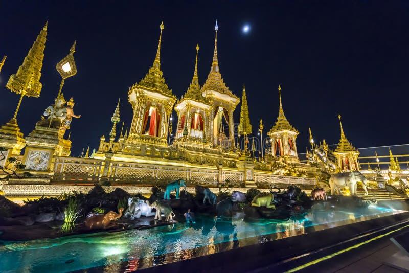 Canteiro de obras da pira funerária fúnebre real na noite em Banguecoque, Tailândia foto de stock