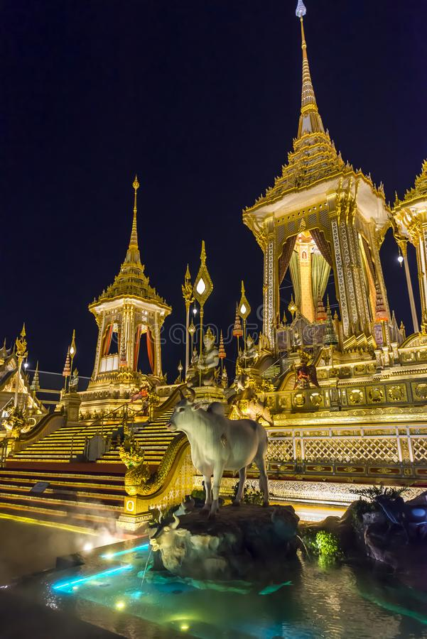 Canteiro de obras da pira funerária fúnebre real na noite em Banguecoque, Tailândia fotos de stock royalty free