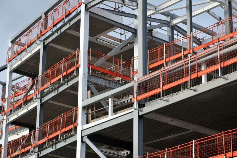 Canteiro de obras do aço - desenvolvimento quadro com cerca alaranjada imagens de stock