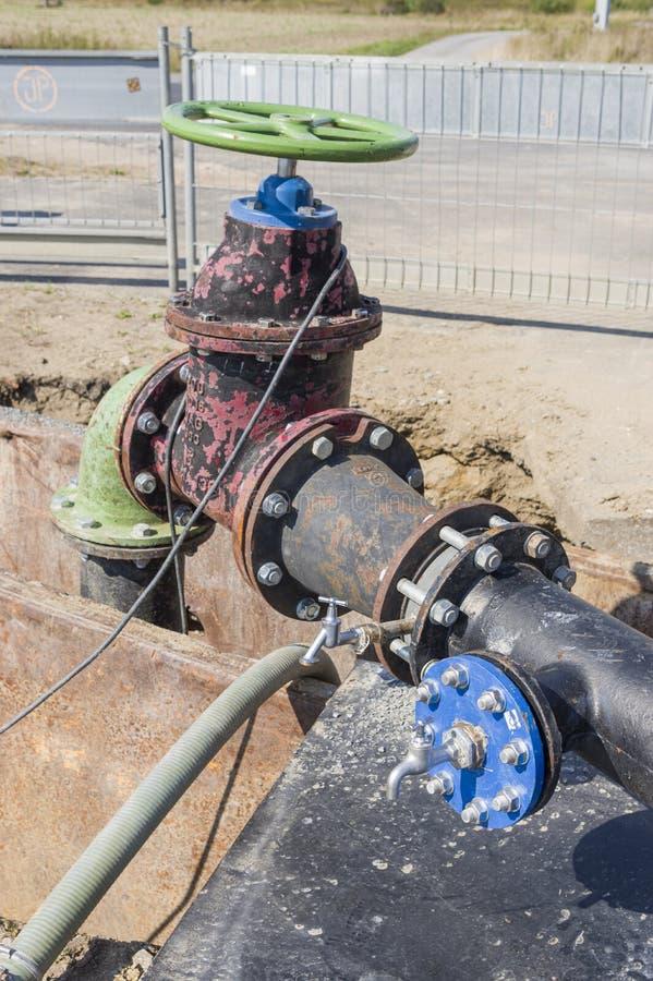 Canteiro de obras em uma tubulação de água como a linha de abastecimento para a área da construção imagens de stock royalty free