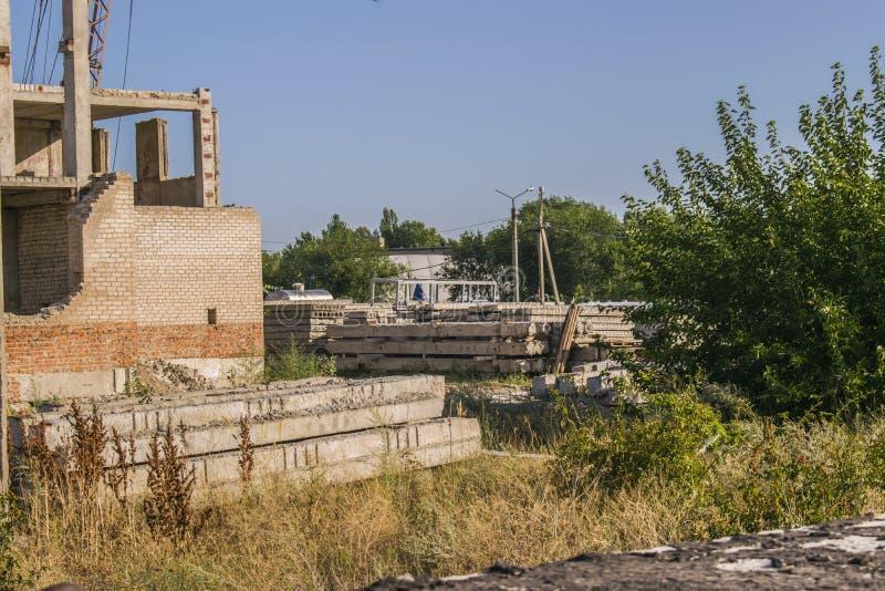 Canteiro de obras Foto agradável da construção inacabado com o céu azul no fundo em um dia ensolarado Tornar-se do en civil moder fotos de stock