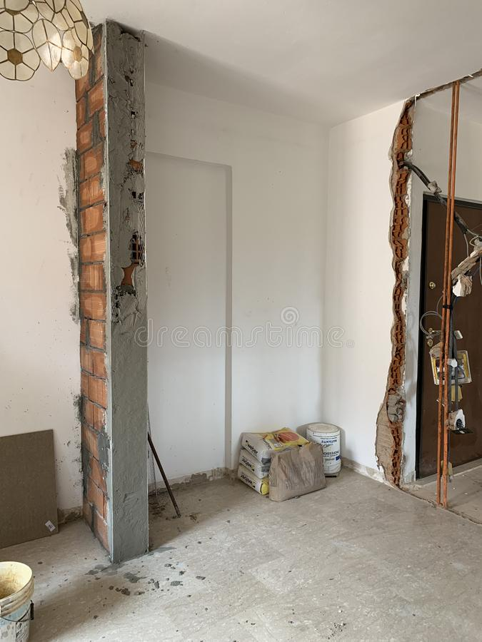 Canteiro de obras, industrial sob o espa?o vazio da constru??o, parede de tijolo vermelho, ferramentas ? terra arquitet?nicas do  fotografia de stock