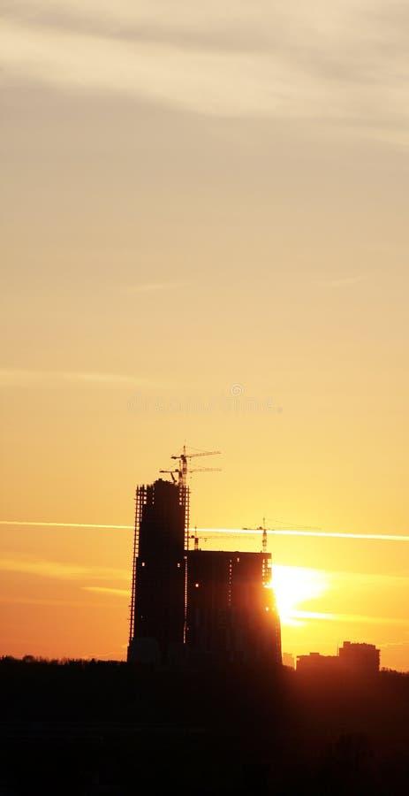 Canteiro de obras no por do sol imagem de stock royalty free