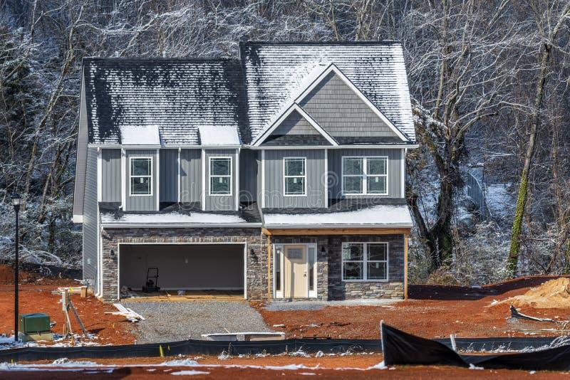 Canteiro de obras novo da casa no inverno imagens de stock royalty free