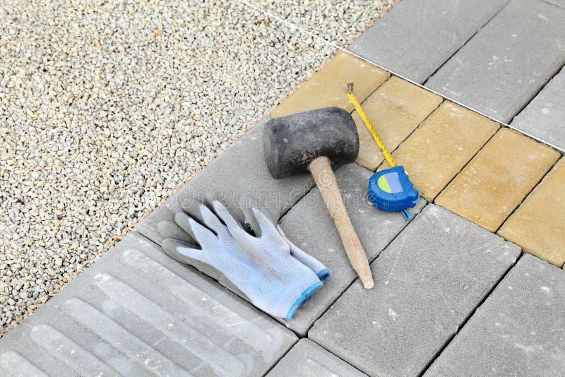 Canteiro de obras, paver do tijolo e ferramentas imagens de stock