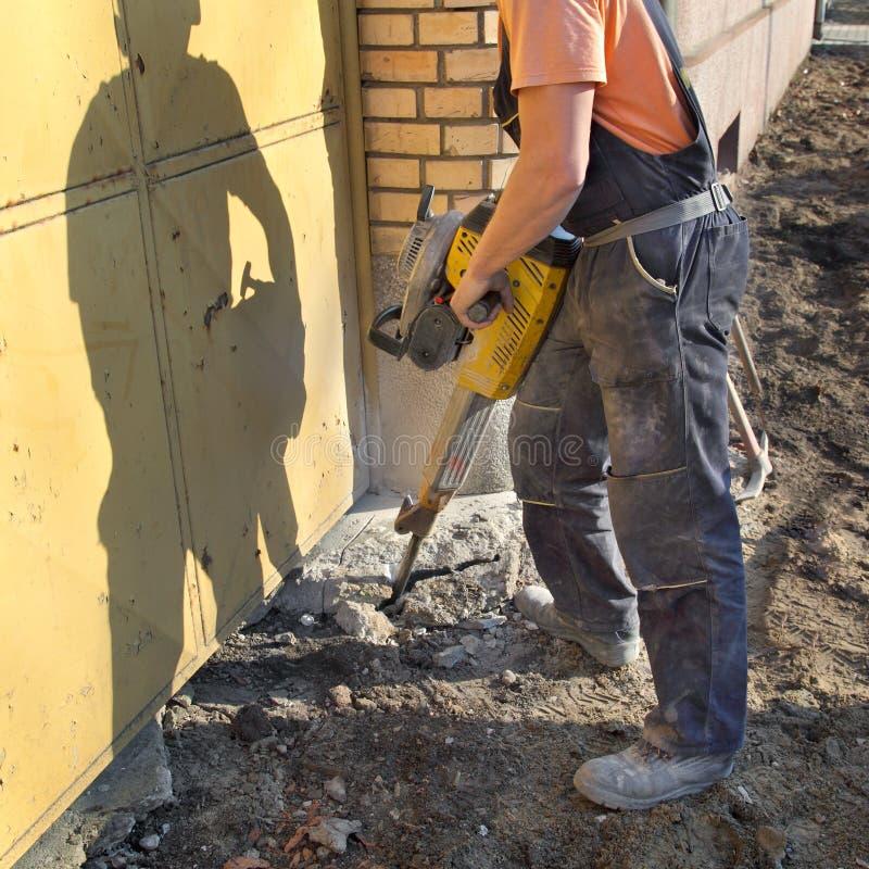 Canteiro de obras, trabalhador e ferramenta do jackhammer fotografia de stock