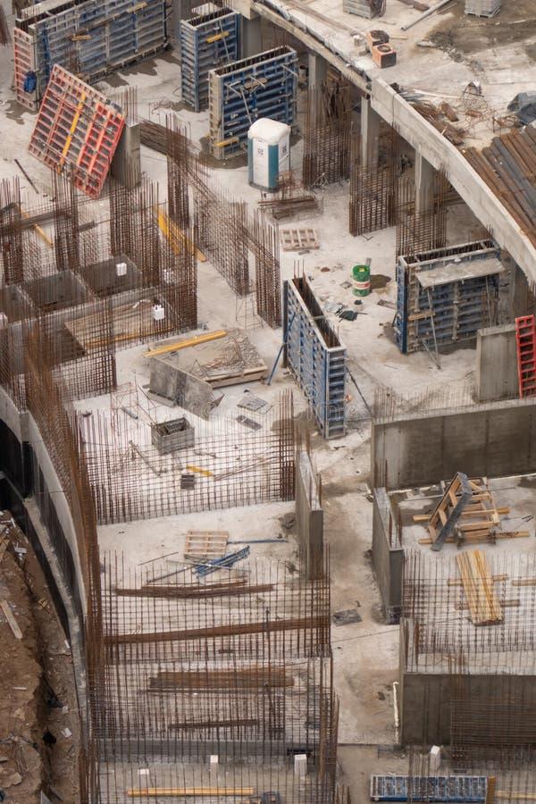 Canteiro de obras de uma construção residencial do arranha-céus no litoral foto de stock