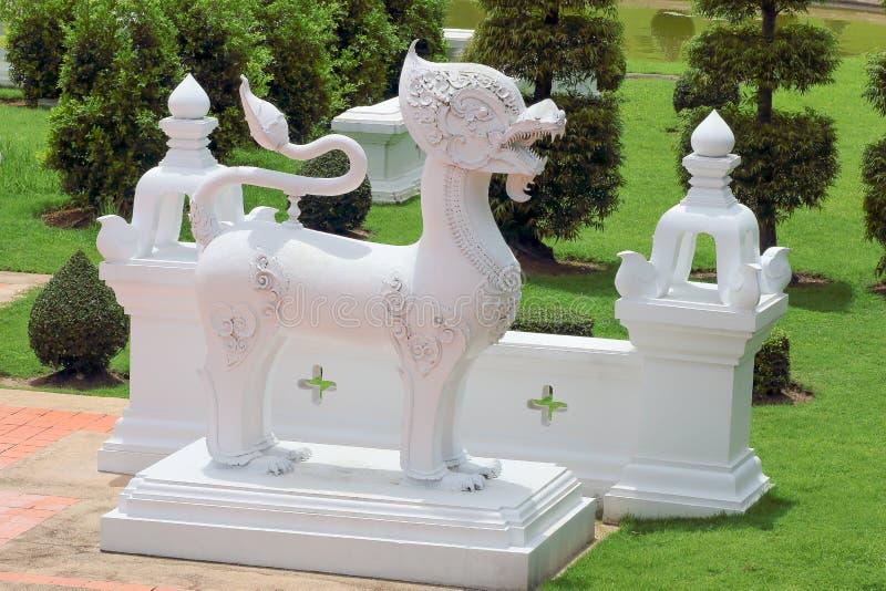Canti la statua nei precedenti del giardino immagine stock