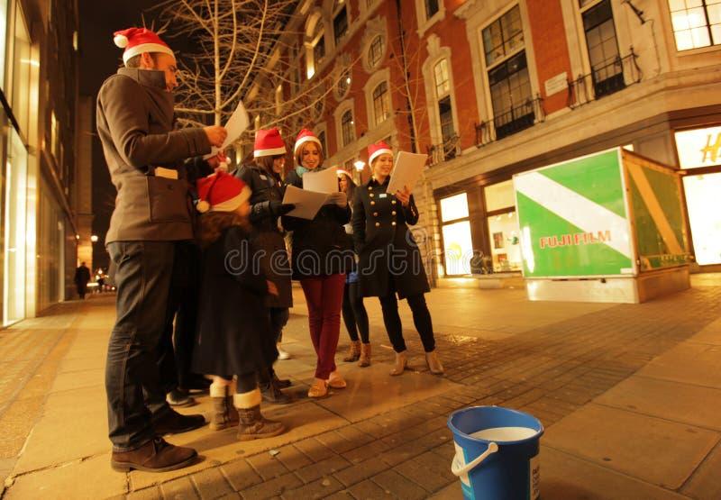 Canti natalizii di Natale di canto immagine stock libera da diritti