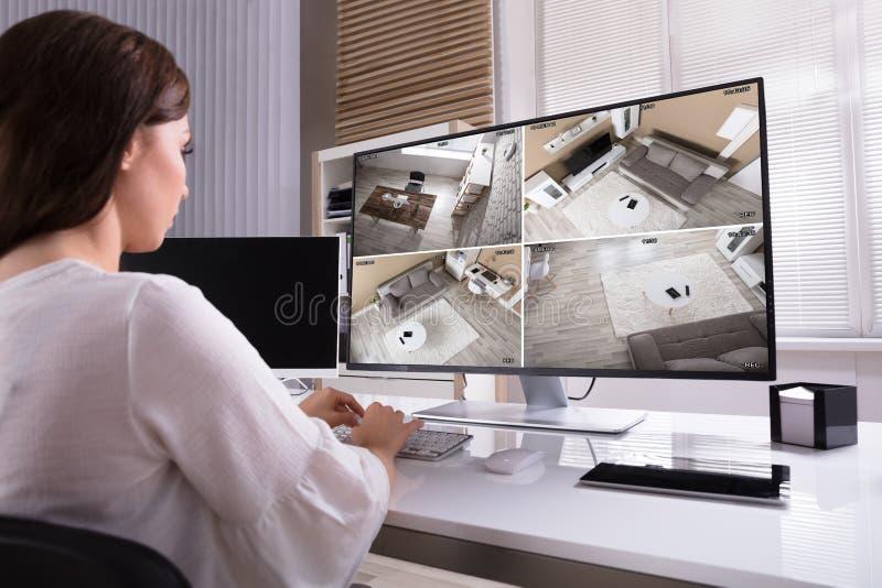 Cantidad del CCTV de Monitoring de la empresaria en el ordenador foto de archivo libre de regalías