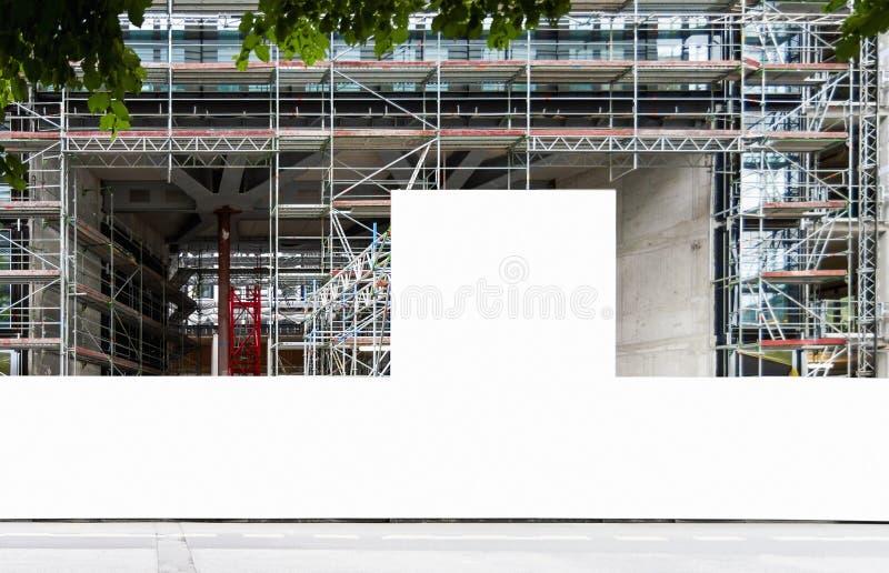 Cantiere con il modello in bianco del recinto della costruzione fotografia stock libera da diritti