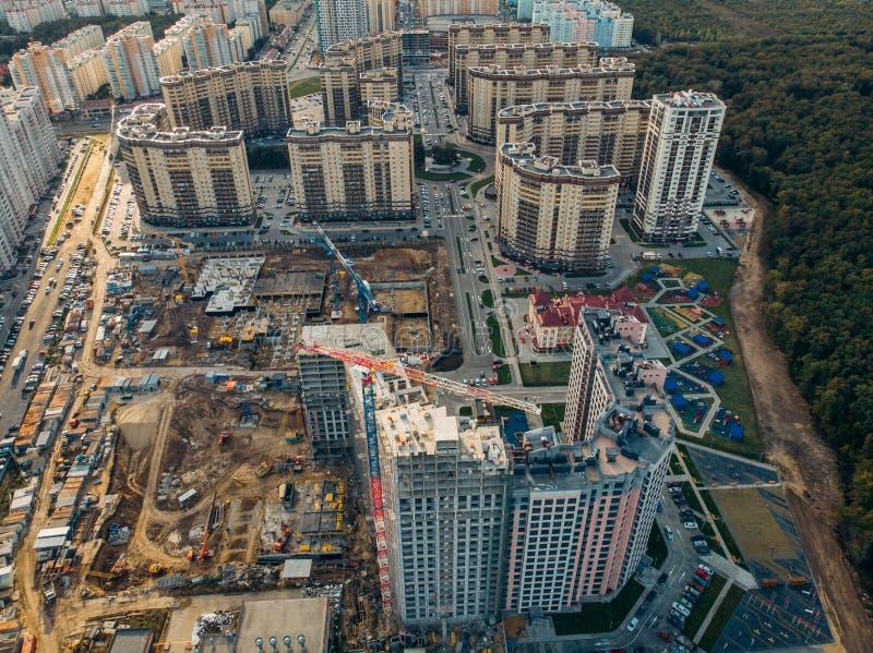 Cantiere con le gru della costruzione ed altre attrezzature, industriale costruite o costruzioni moderne di sviluppo della propri immagine stock libera da diritti
