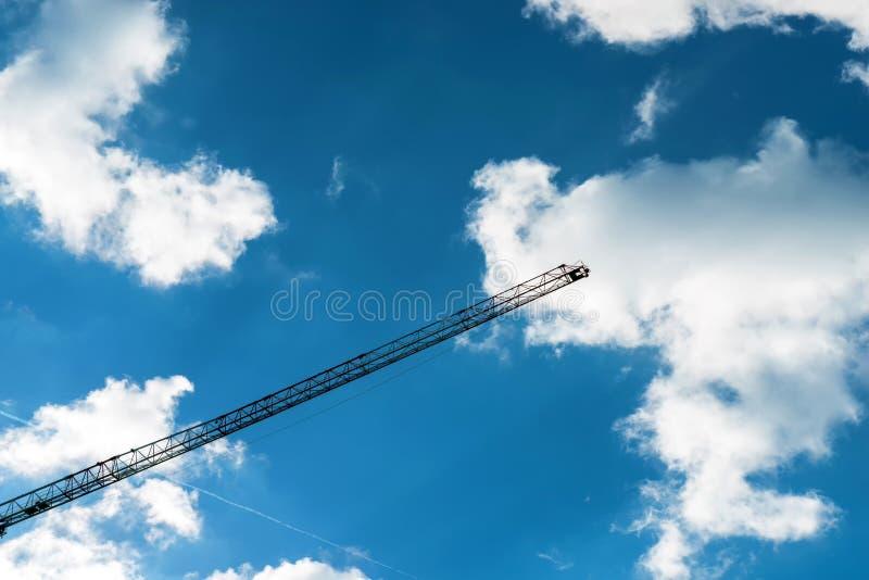 Cantiere della gru della siluetta sul fondo del cielo immagini stock libere da diritti