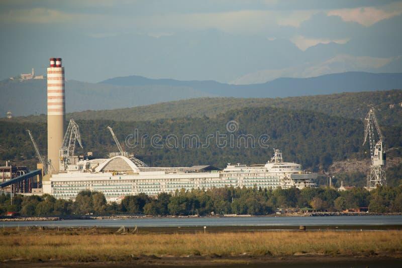 Cantiere navale con il grande camino immagine stock