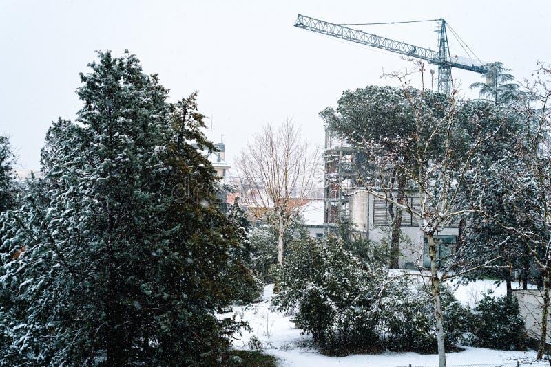 Cantiere nevicato con la gru a Madrid immagine stock