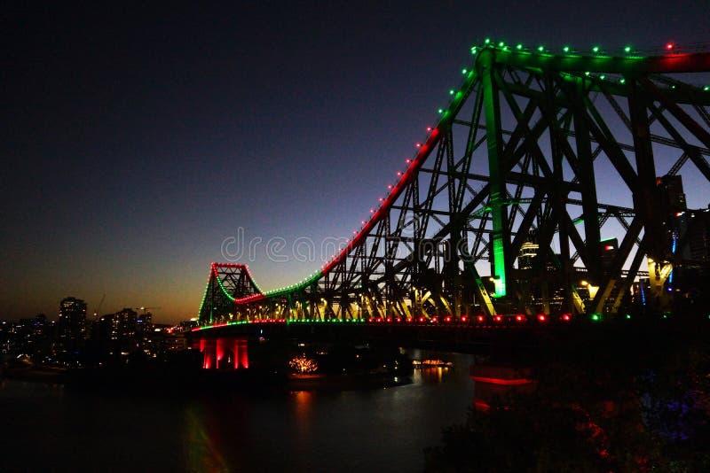 Cantilevered bro för stål vid natt arkivfoton