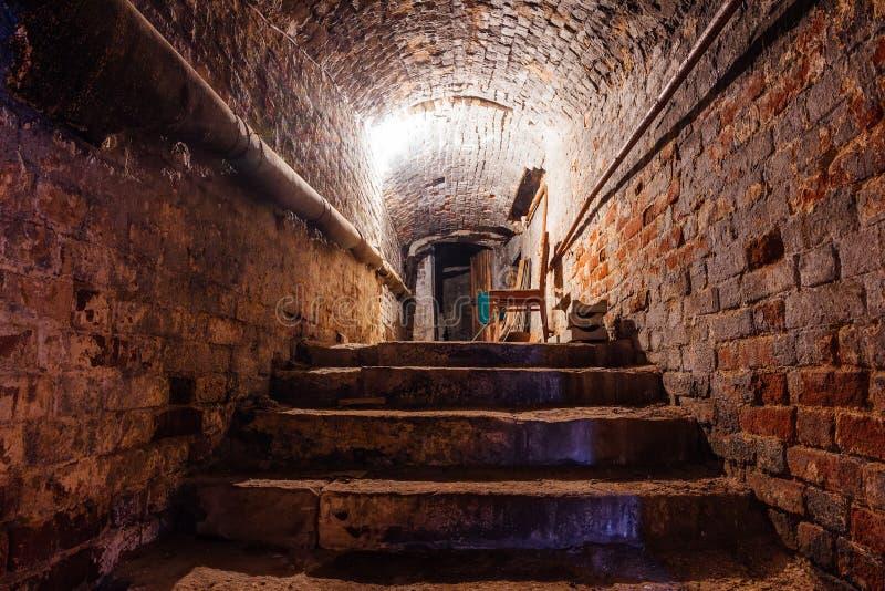 Cantina arcata sotterranea del mattone rosso sotto il vecchio palazzo fotografie stock libere da diritti