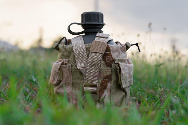 Cantina da água do exército com tampa do deserto imagens de stock
