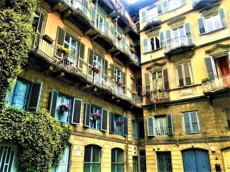 Canto boêmio do estilo na cidade de Turin, Itália Plantas, casas e história foto de stock royalty free