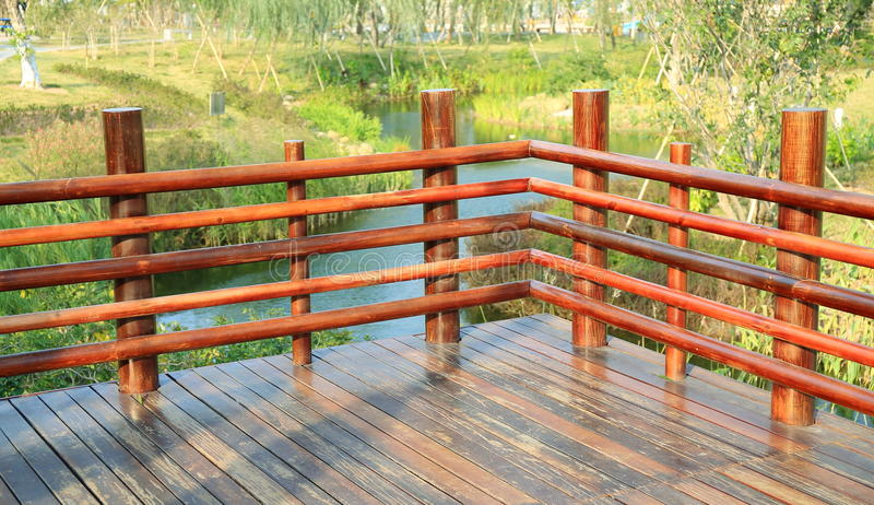Canto da plataforma de madeira, terraço de madeira com balaustrada de madeira fotografia de stock royalty free
