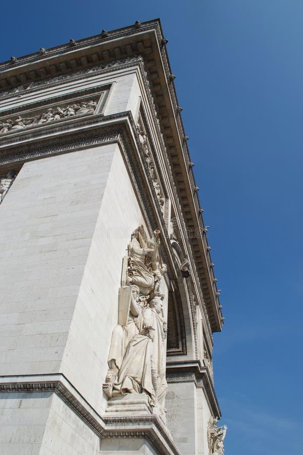 Canto de Arc de Triomphe Paris, Fran?a contra o c?u azul profundo fotos de stock