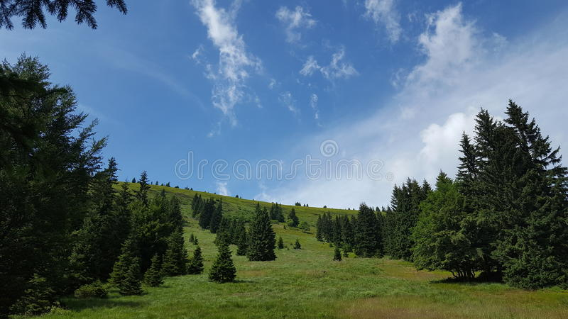 Canto de la montaña del verano y cielo azul foto de archivo