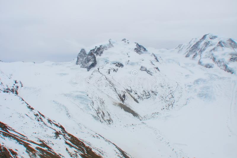 Canto de la montaña Nevado con el desplazamiento del glaciar en las montañas suizas fotografía de archivo