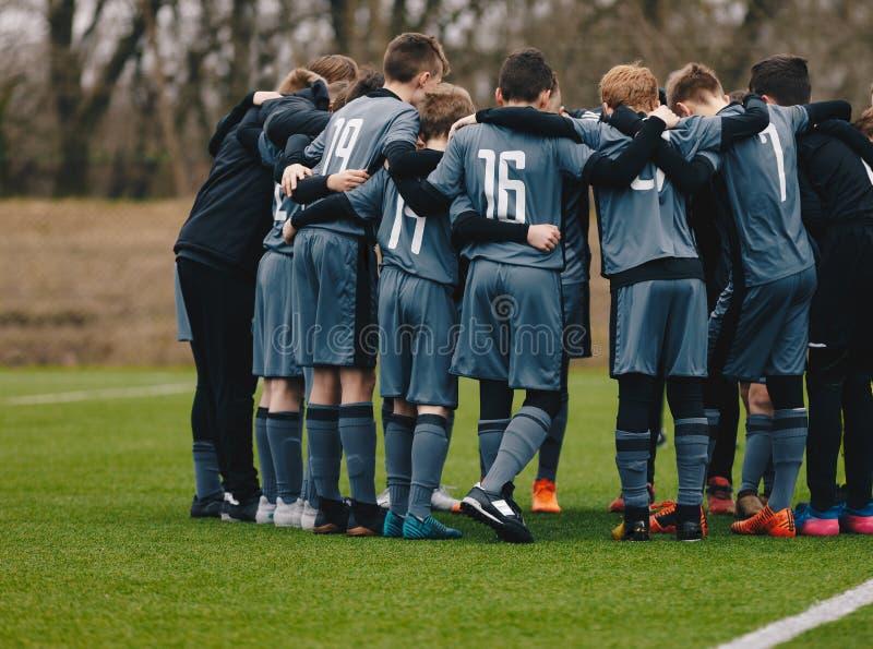Canto de Team Doing Motivational Pre Game do futebol dos meninos imagem de stock