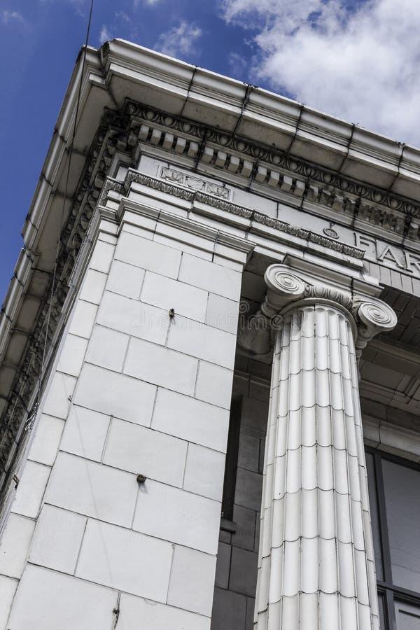 Canto de uma construção de banco velha com colunas gregas mim fotografia de stock royalty free