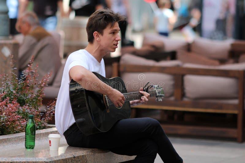 Canto del guitarrista del músico/de la calle de Zagreb imagen de archivo libre de regalías