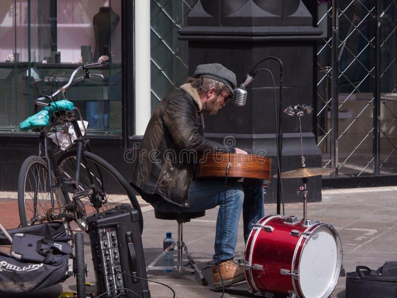 Canto del musicista via/del musicista ambulante e chitarra di gioco su Grafton Street a Dublino immagine stock