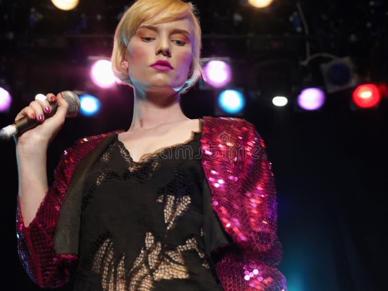 Canto della giovane donna di concerto immagine stock libera da diritti