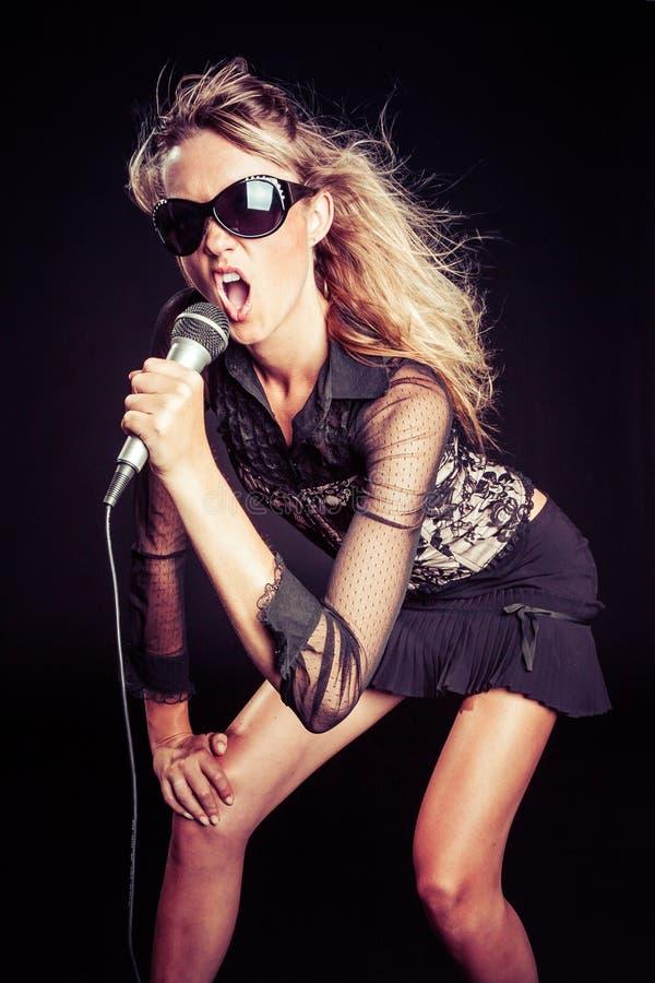 Canto della ragazza del pop star fotografie stock
