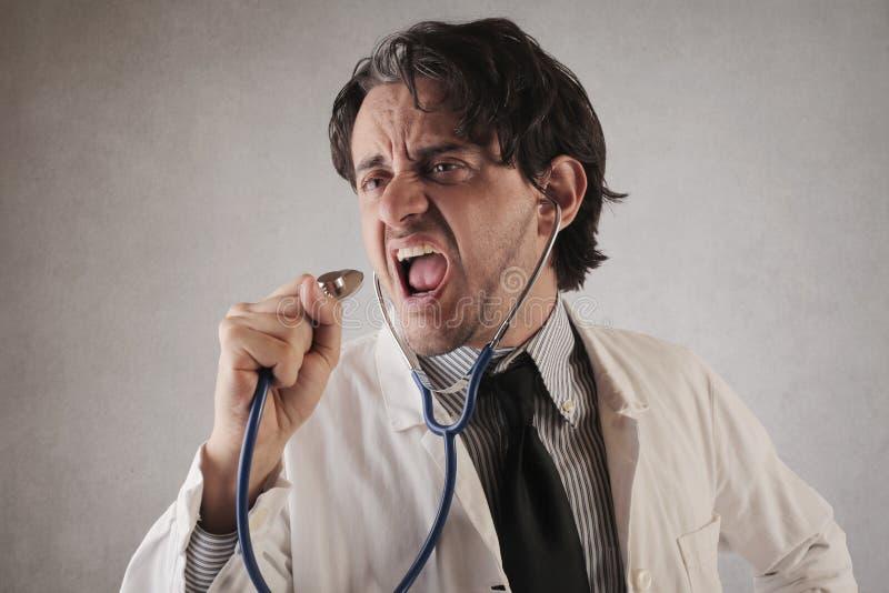 Canto di medico con il suo stetoscopio immagini stock libere da diritti